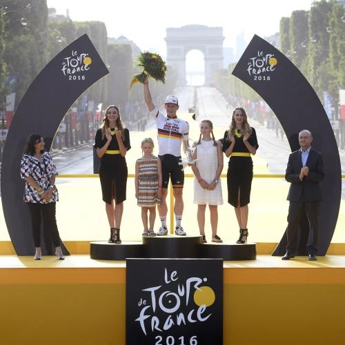 """ROT  //     Etappensieger Andre GREIPEL (Deutschland / Team Lotto Soudal) mit seinen Toechtern - Kinder - Toechter - 21. Etappe Chantilly  - Paris Champs Elysees - Tour de France 2016 - TourDeFrance - """"Tour de France"""" - TdF  - © Roth-Foto - Roth & Roth - Markus und Michael Roth - Rosenhof 15, 50226 Frechen  - www.Roth-Foto.de - Weitere Fotos in der Bilddatenbank www.Roth-Foto.de  NUR DEUTSCHLAND - *** Local Caption ***  - copyright by: ROTH-FOTO - Roth & Roth, Rosenhof 15, 50226 Frechen,  Abdruck + jede Verwendung honorarpflichtig. Honorar ist MwSt-pflichtig: + 7% MwSt. Veroeffentlichung ausschliesslich fuer journalistisch-publizistische Zwecke. Verwendung bedingt das Einverstaendniss unserer AGBs unter: www.Roth-Foto.de"""