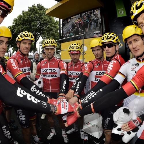 """ROT  //     Das Team Lotto Soudal mit Armband Fight for Stig, fuer ihren schwer gestuerzten Kollegen Stig BROECKX (Belgien / Team Lotto Soudal) der immer noch im Koma liegt - Links Marcel SIEBERG (Deutschland / Team Lotto Soudal) und 2 v.r. Andre GREIPEL (Deutschland / Team Lotto Soudal)  - 2. Etappe Saint-Lo - Cherbourg-Octeville - Tour de France 2016 - TourDeFrance - """"Tour de France"""" - TdF  - © Roth-Foto - Roth & Roth - Markus und Michael Roth - Rosenhof 15, 50226 Frechen  - www.Roth-Foto.de - Weitere Fotos in der Bilddatenbank www.Roth-Foto.de NUR DEUTSCHLAND - *** Local Caption ***  - copyright by: ROTH-FOTO - Roth & Roth, Rosenhof 15, 50226 Frechen,  Abdruck + jede Verwendung honorarpflichtig. Honorar ist MwSt-pflichtig: + 7% MwSt. Veroeffentlichung ausschliesslich fuer journalistisch-publizistische Zwecke. Verwendung bedingt das Einverstaendniss unserer AGBs unter: www.Roth-Foto.de"""